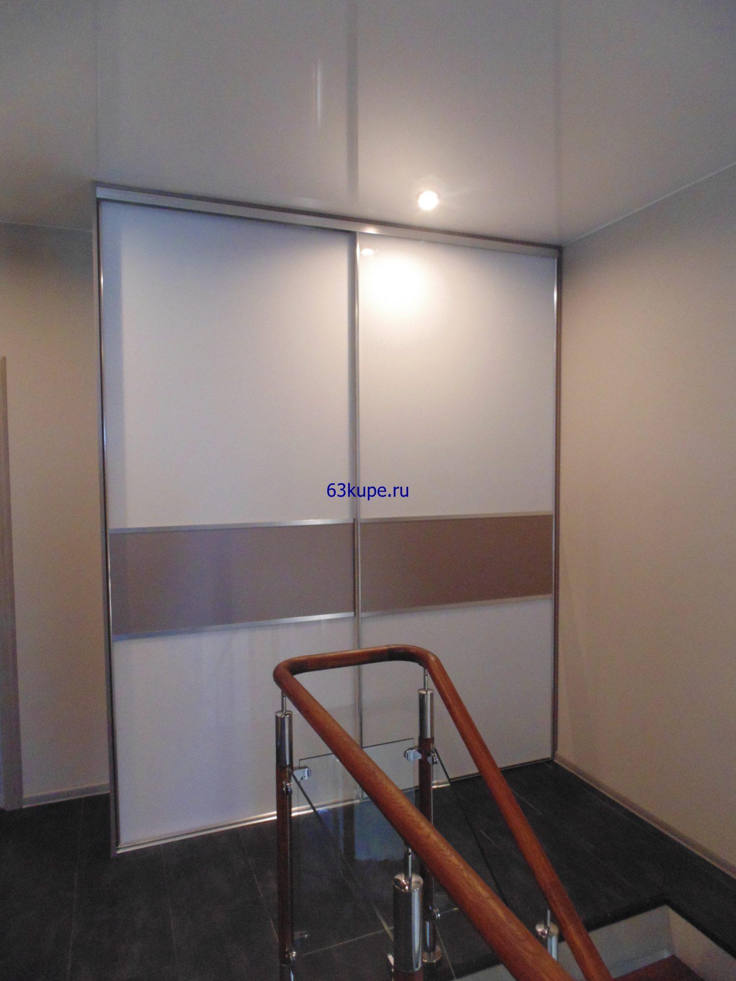 Двух-дверной шкаф купе со стеклом.