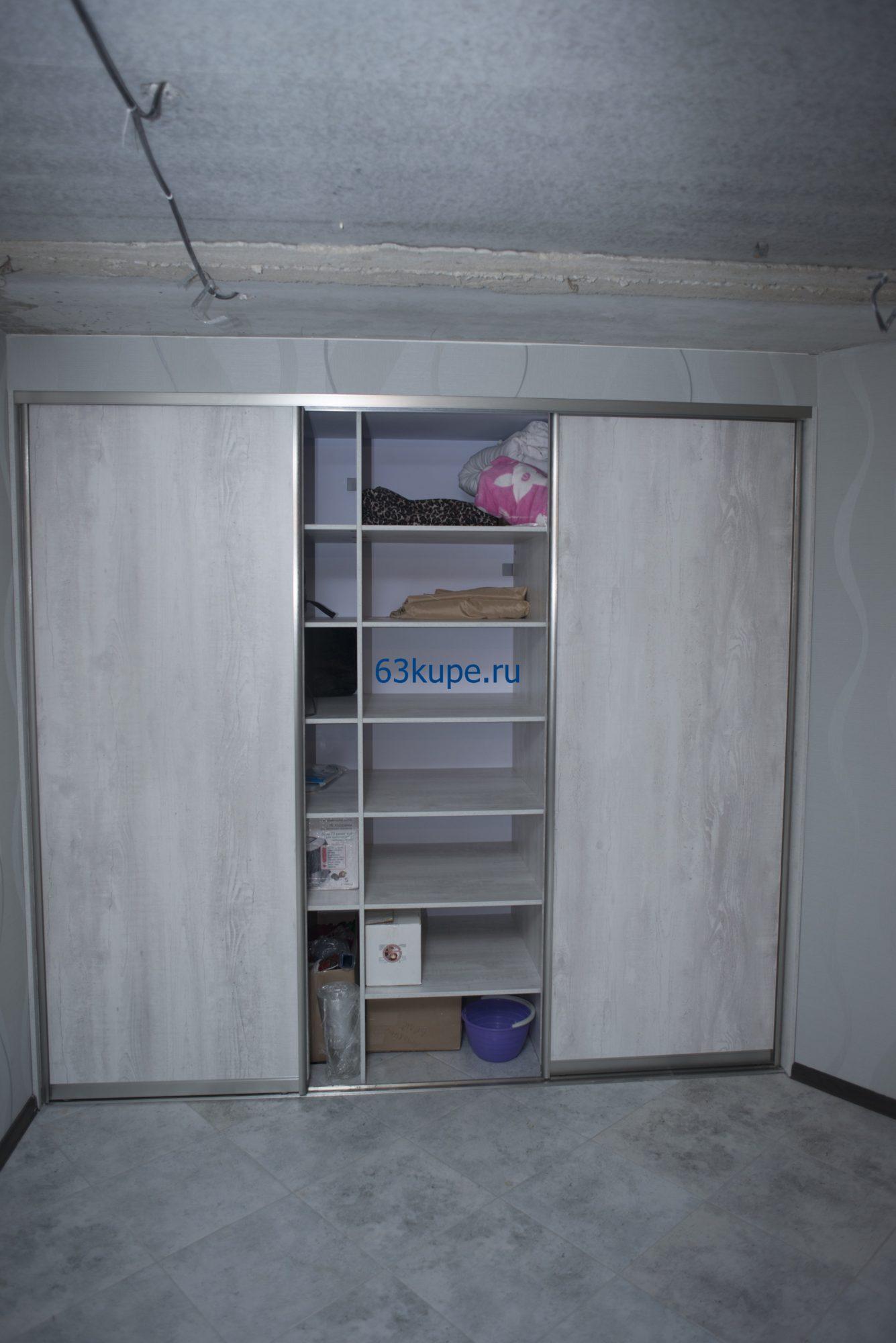 Встроенный шкаф купе на цокольном этаже частного дома.